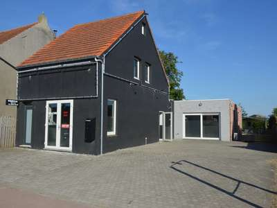 Handelspand met parking langs drukke steenweg